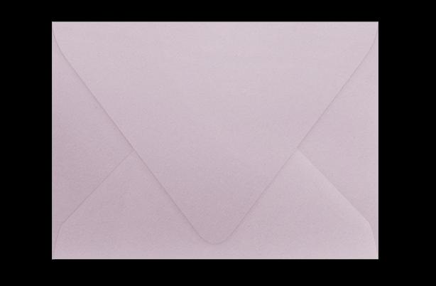 Бледно-сиреневый конверт с треугольным клапаном